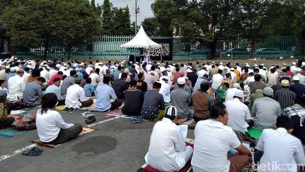 Penampakan Identik Bendera HTI di Areal Salat Idul Adha di Yogya