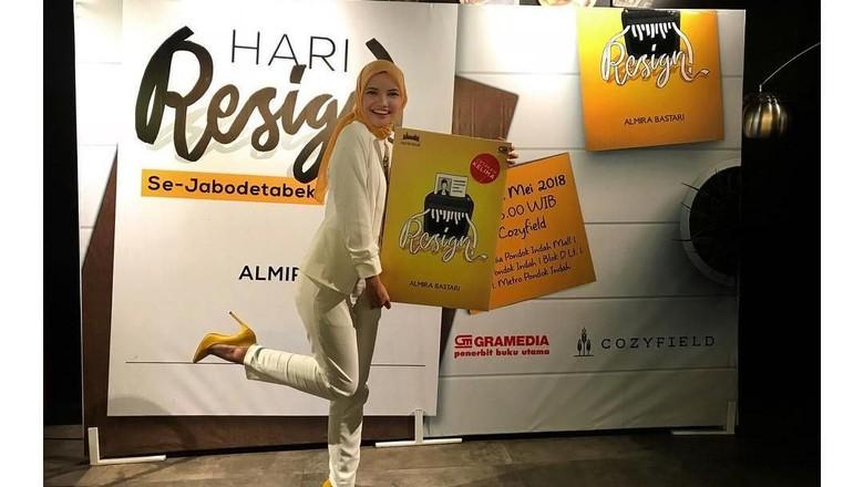Laku Keras, Novel Resign! Segera Diadaptasi ke Layar Lebar Foto: Dok.Almira Bastari/ Instagram