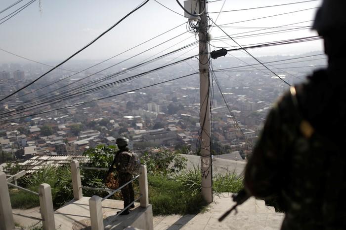 Tentara berjaga saat pengejaran geng narkoba di Brasil (Foto: REUTERS/Ricardo Moraes)