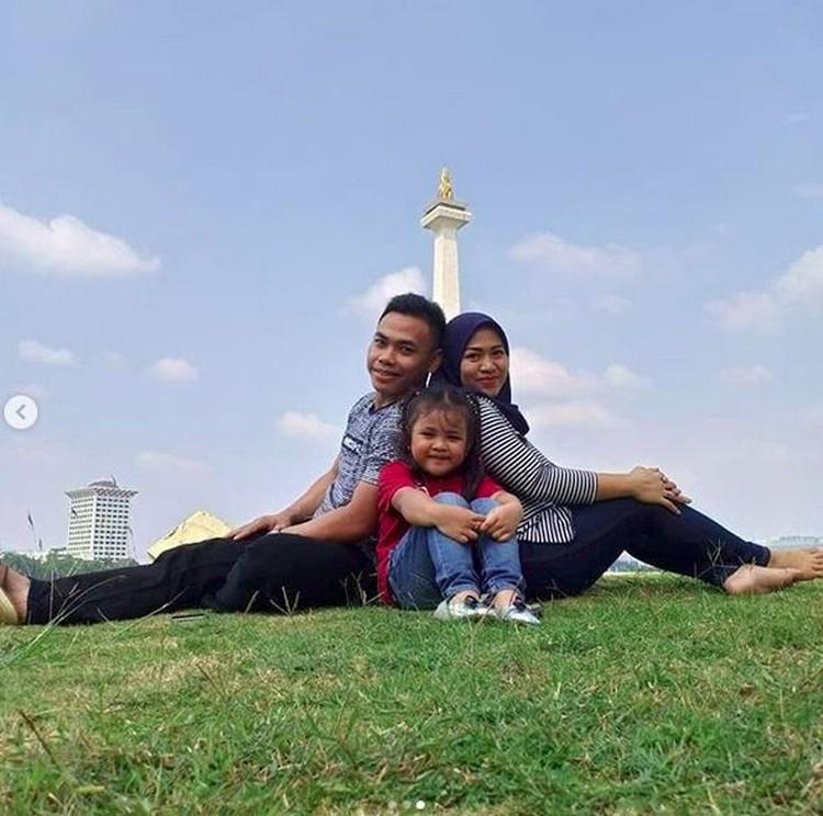 Eko sekeluarga bersama keluarga kecilnya di Monas. (Foto: Instagram @Ekopower62)