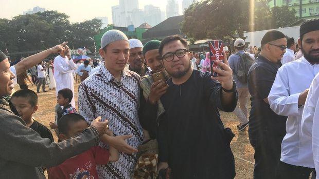 Salat Id di Masjid Al-Azhar juga diikuti oleh Ustaz Felix Siauw.
