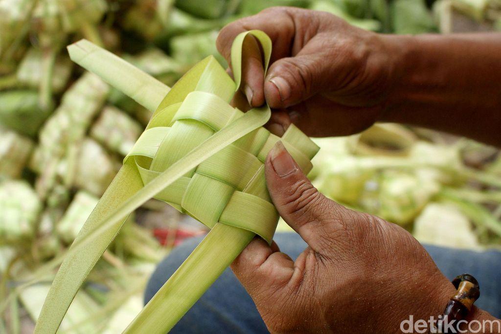 Jelang hari raya Idul Adha warga mulai berburu ketupat sebagai menu wajib saat lebaran. Pasar di Palmerah pun ramai dikunjungi warga untuk berbelanja ketupat.