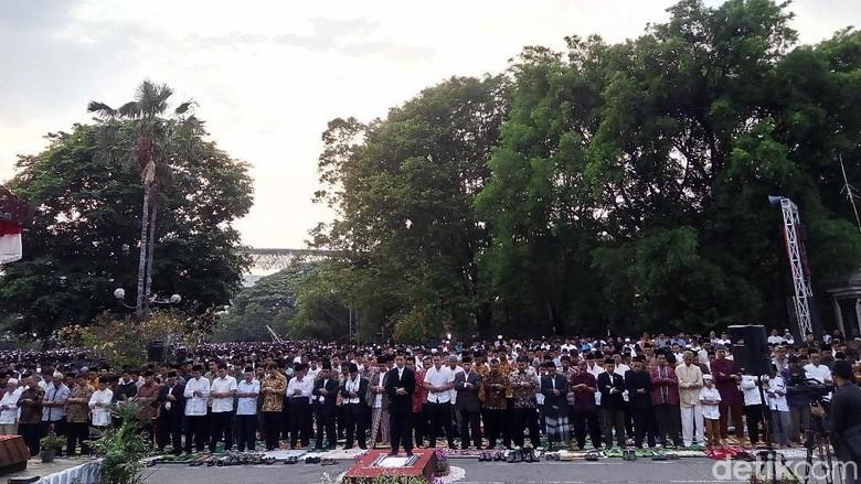 Salat Ied Hari Ini, Warga MTA Padati Kompleks Stadion Manahan Solo