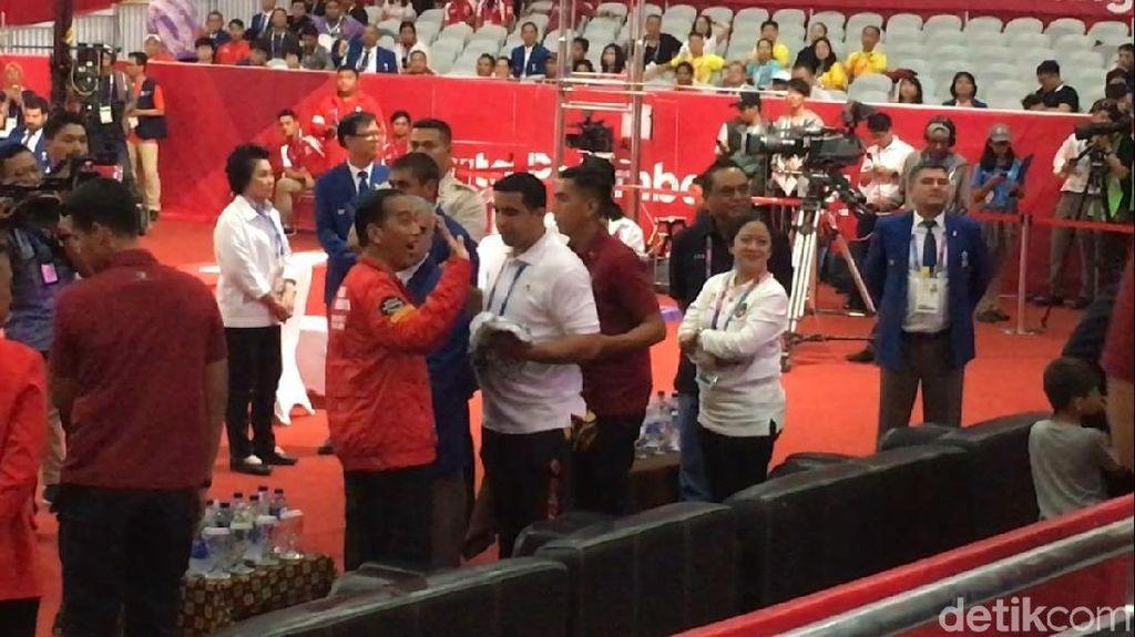 Jokowi Kalungkan Medali Emas untuk Lifter Eko Yuli