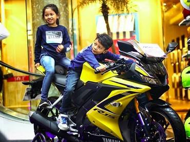 Wah, gaya kakak dan adik ini saat naik moge kece abis. Bisa-bisa mereka jadi the future biker nih. (Foto: Instagram/@limiterman)