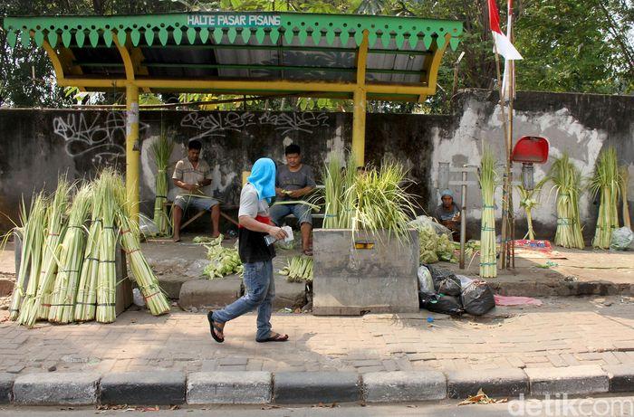 Sejumlah pedagang ketupat sayur mulai bermunculan menjelang hari raya Idul Adha.
