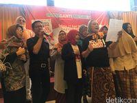 Pendukung gerakan #2019GantiPresiden bernyanyi di acara launching buku.