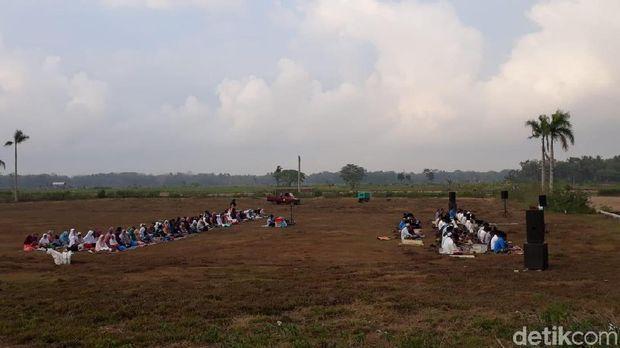 Warga Kulon Progo Salat Idul Adha di Lapangan Triharjo Wates