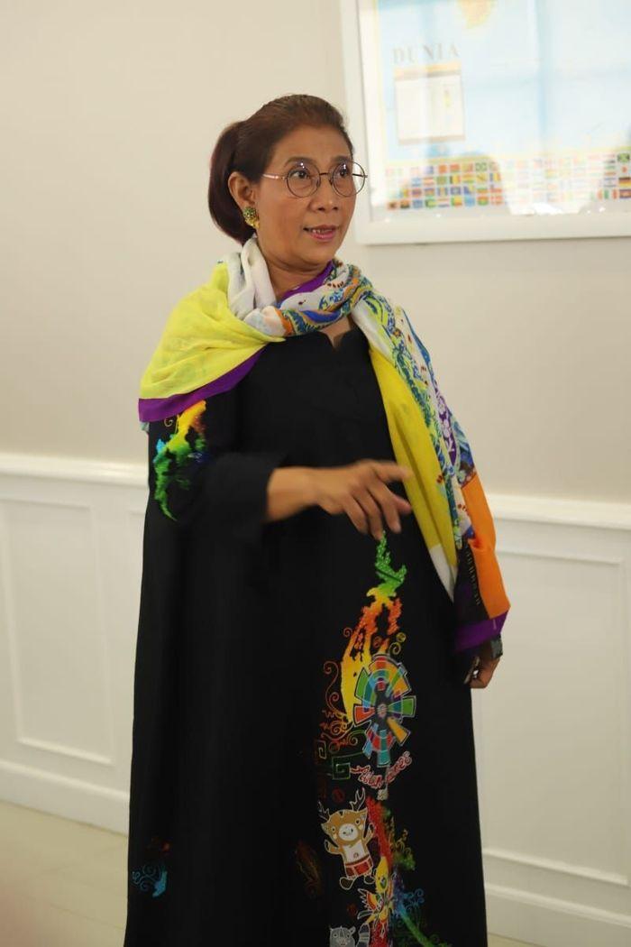Menteri Kelautan dan Perikanan Susi Pudjiastuti mendukung gelaran Asian Games 2018. Ini ditunjukkan dari busana yang ia kenakan. Dok. Kementerian Kelautan dan Perikanan.
