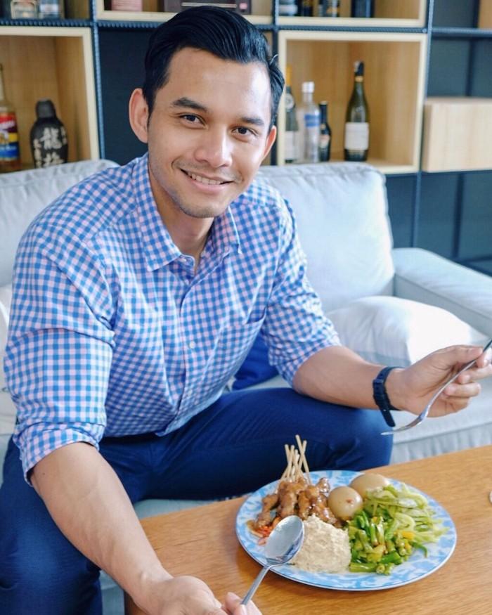 Di Instagramnya, Rory mengaku kecanduan makanan sehat. Salah satu menu makan siangnya adalah satai ayam dengan sedikit bumbu kacang, sayuran dan telur. Kelihatan enak ya? Foto: Instagram roryasyari
