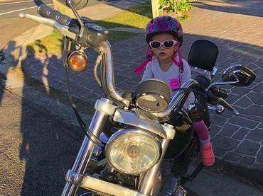 Biarpun helm-nya helm sepeda, yang penting safety riding tetap diterapkan ya, Nak. (Foto: Instagram/@marselina.kelo)