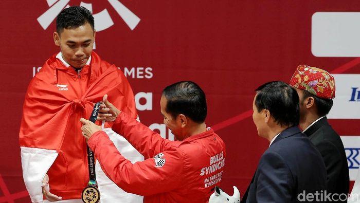 Eko Yuli Irawan dikala dikalungi medali oleh Presiden Joko Widodo. (Foto: Agung Pambudhy/detikcom)
