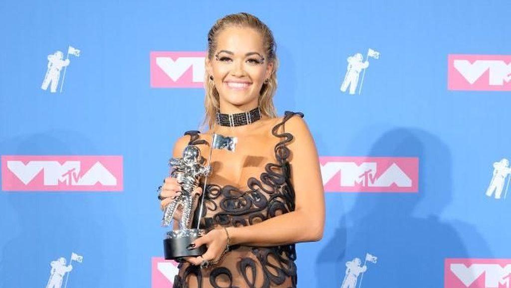 Foto: 7 Artis Seksi Bergaun Transparan di Red Carpet MTV VMAs