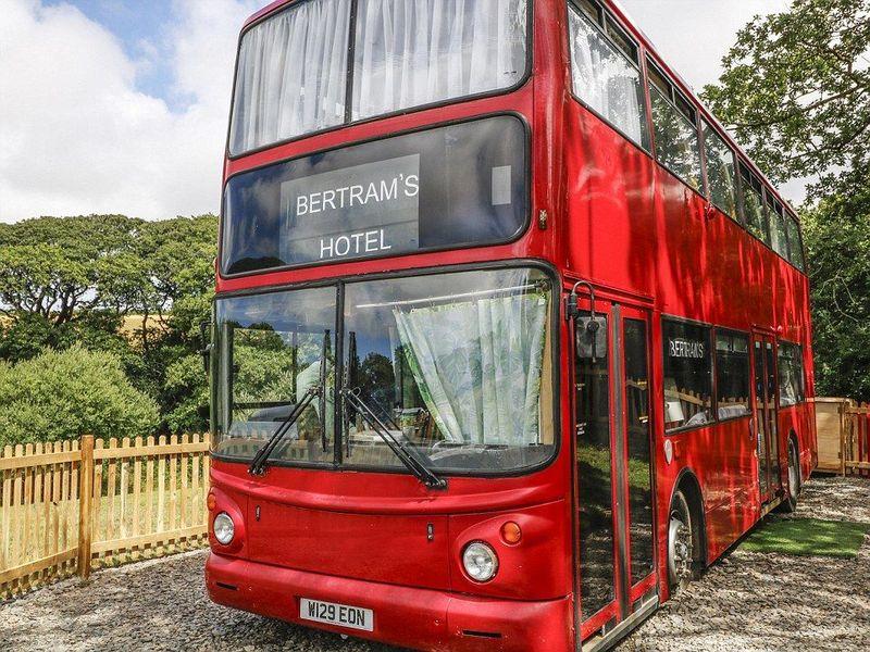 Inilah Bertrams Hotel, sleeper bus yang sudah disulap menjadi sebuah penginapan. Hotel bus ini terletak di Devon, sekitar 3,5 jam perjalanan dari London, Inggris. (dok. Bertrams Hotel)