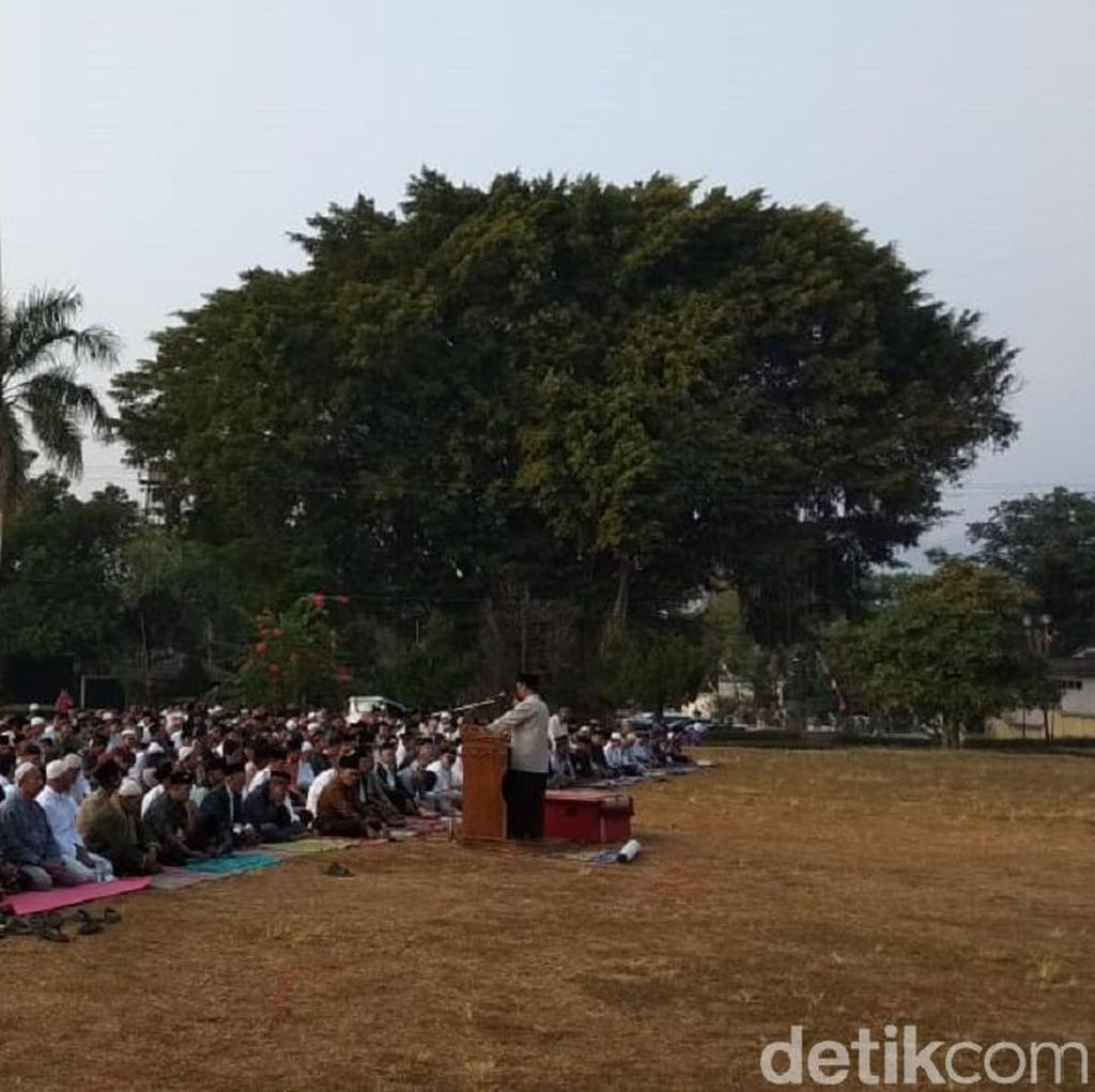 Umat Islam di Ungaran Salat Idul Adha di lapangan Tarubudaya