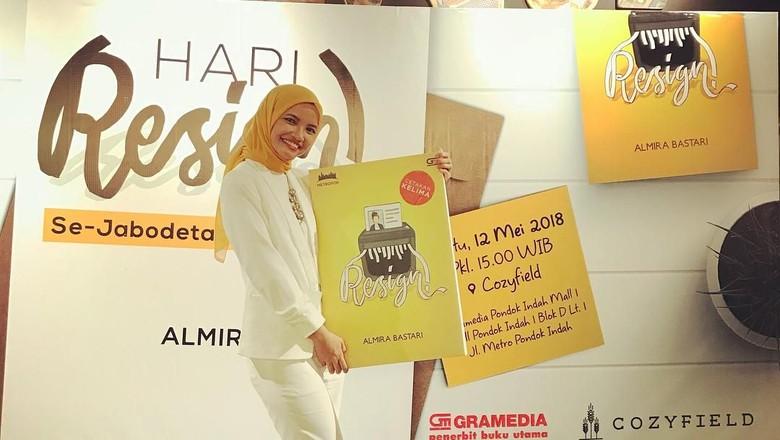 9 Tahun Ditolak Penerbit, Almira Bastari Tuai Pujian di Novel Resign!