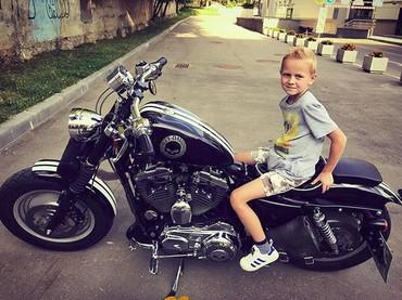 Berpose menunggangi moge bikin penampilan anak ini makin cool. (Foto: Instagram/@lenka_eliseyka)