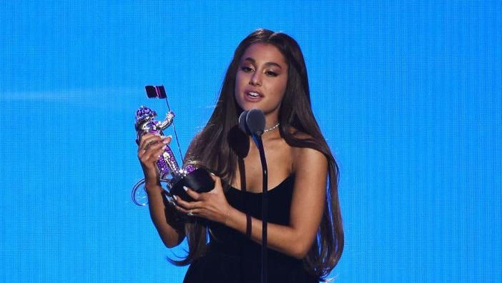 Biasa Dikuncir Kuda, Ini 6 Momen Ariana Grande dengan Rambut Digerai