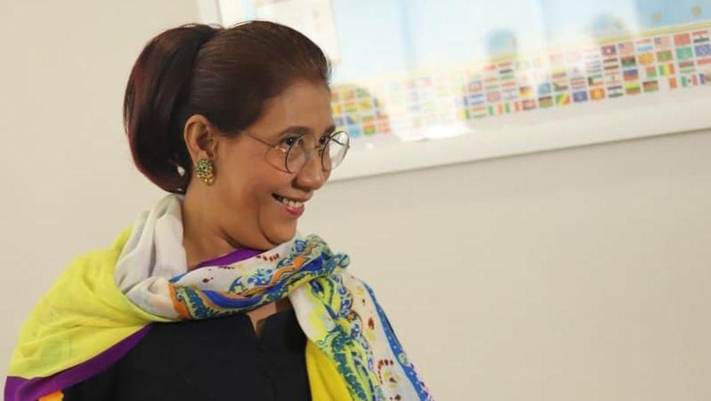 Keseruan Susi Pudjiastuti Saat Ajak Rombongan Ibu-ibu ke Monas