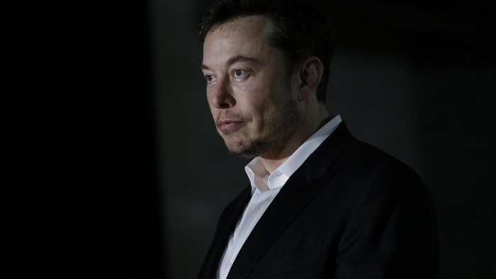CHICAGO, IL - JUNE 14: Engineer and tech entrepreneur Elon Musk of The Boring Company listens as Chicago Mayor Rahm Emanuel talks about constructing a high speed transit tunnel at Block 37 during a news conference on June 14, 2018 in Chicago, Illinois. Musk said he could create a 16-passenger vehicle to operate on a high-speed rail system that could get travelers to and from downtown Chicago and Ohare International Airport under twenty minutes, at speeds of over 100 miles per hour. (Photo by Joshua Lott/Getty Images)
