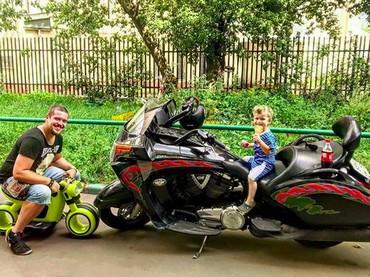 Tukeran motornya sama aku boleh ya, Yah? Hi-hi-hi. (Foto: Instagram/@scliffer)