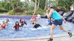 Aqua zumba sangat ramah pada orang dewasa yang memiliki masalah persendian dan ibu hamil. Karena dilakukan di dalam air, maka lebih minim risiko cedera.