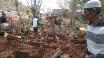 Suasana Relokasi Makam Kuno Ngaliyan untuk Tol Batang-Semarang