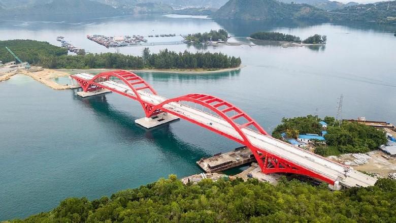Jembatan Holtekamp siap menjadi ikon baru bagi warga Papua. Jembatan baja berwarna merah ini tampak cantik dilihat dari atas.