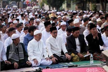 Sandiaga Uno Salat Idul Adha Bersama Warga di Jatinegara