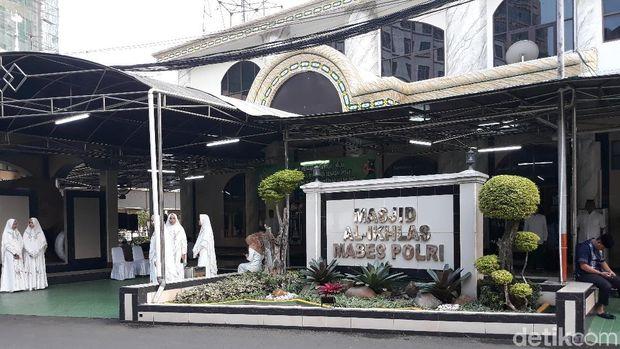 Kapolri Ditemani Istri Salat Id di Masjid Mabes Polri