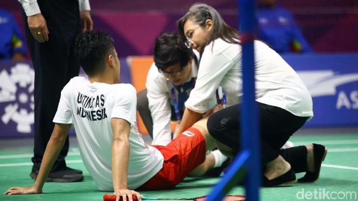 Dr Carmen dan dr Arinta saat memeriksa Anthony Sinisuka Ginting yang mengalami cedera kram otot di Asian Games 2018 (Foto: Grandyos Zafna)