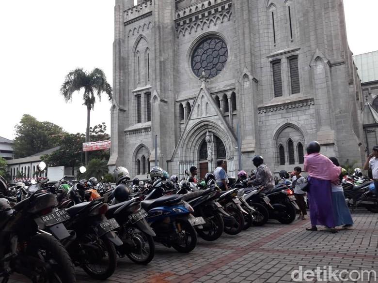 Jemaah Istiqlal dan Jemaat Misa Parkir Rapi di Halaman Katedral