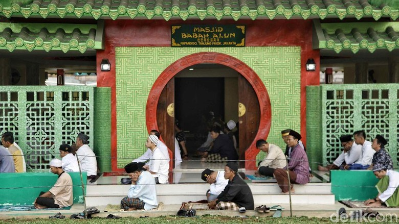 Sejumlah warga melaksanakan Salat Idul Adha di bawah kolong tol Masjid Babah Alun. Usai melaksanakan salat, warga pun melanjutkan memotong hewan kurban.