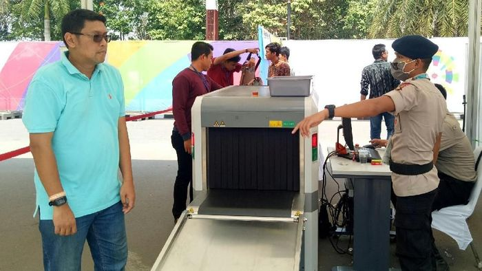 Barang bawaan pengunjung di Jakabaring diperiksa lewat mesin sinar X. (Foto: Raja Adil Siregar)