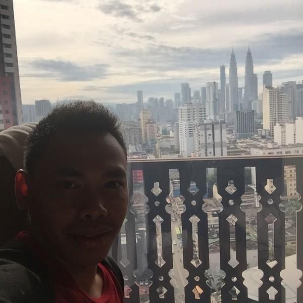 Eko Yuli menikmati indahnya pemandangan Kota Kuala Lumpur dengan landmark Petronas Tower. Saat itu sedang momen SEA Games 2017 dan Eko meraih emas (ekopower62/Instagram)