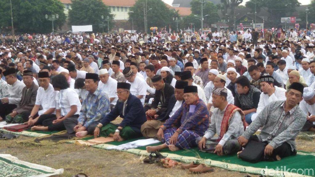 Bersama Ribuan Warga, Sultan HB X Salat Ied di Alun-alun Yogya