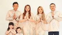 Tak ketinggalan keluarga Anang dan Ashanty yang juga tampil seragam. Busana berwarna pastel dipilih Ashanty menyeragamkan busana menyambut hari raya Idul Adha. Foto: (instagram)