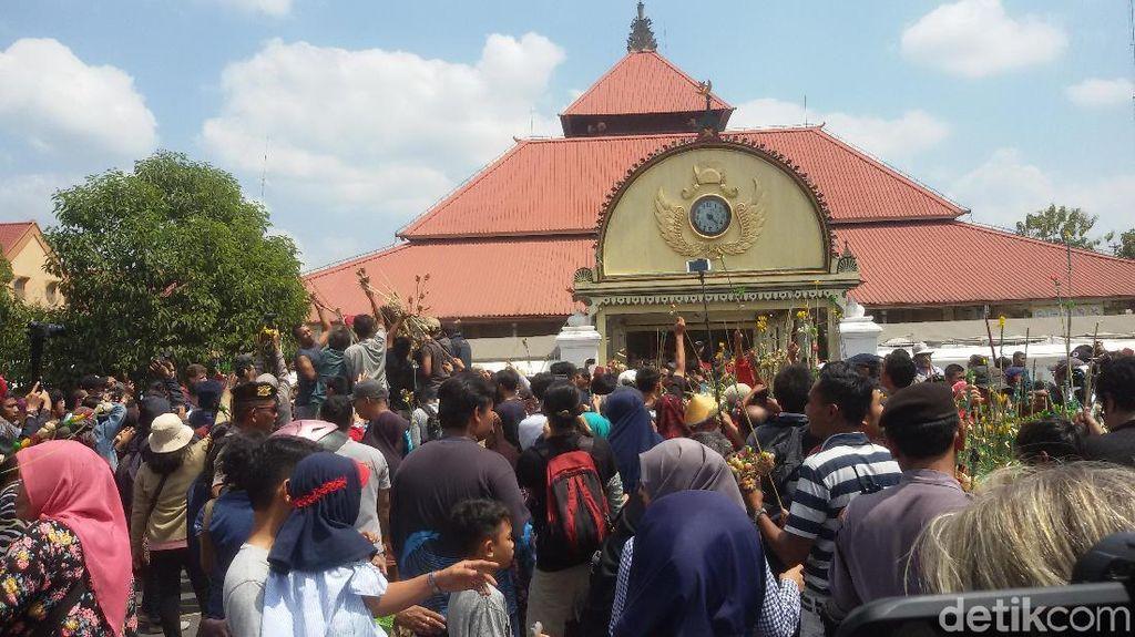 Turis Maroko Ikut Berebut Gunungan Grebeg Besar di Yogyakarta