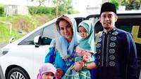 Olla Ramlan menyeragamkan busana muslim yang dikenakan dua putrinya. Foto: (instagram)