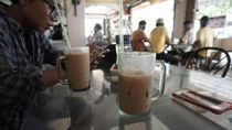 Menikmati Secangkir Kopi Tarik di Pulau Penawar Rindu