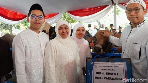 Pakdhe Karwo Serahkan Sapi Jokowi ke Masjid Al-Akbar Surabaya