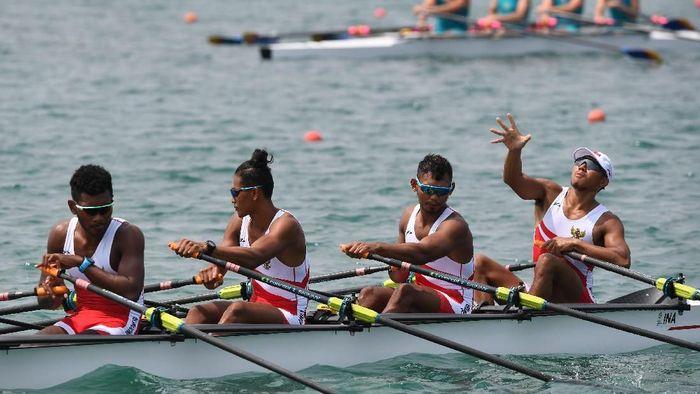 Regu dayung putra Indonesia bersiap-siap di garis start pada penyisihan dayung empat putra di Venue Rowing Jakabaring Sport City, Palembang, Sumatera Selatan, Rabu (22/8). ANTARA FOTO/INASGOC/Zabur Karuru/nym/18.