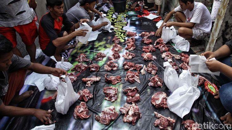 Dilema Bungkus Daging Kurban Pakai Plastik, Daun Atau Besek Bambu