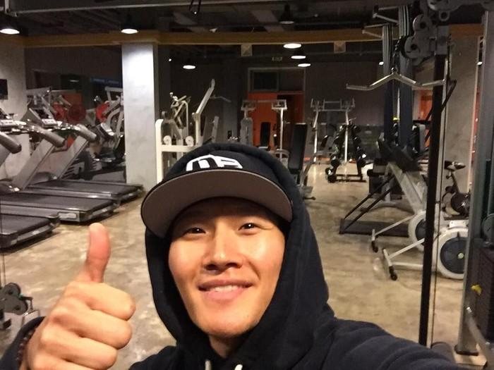 Kim Jong Kook salah satu aktor Korea Selatan yang punya gaya hidup sehat. Pria berusia 42 tahun ini suka banget olahraga dan sempat sedih karena gagal workout bareng Cristiano Ronaldo. (Foto: Instagram/kjk76)