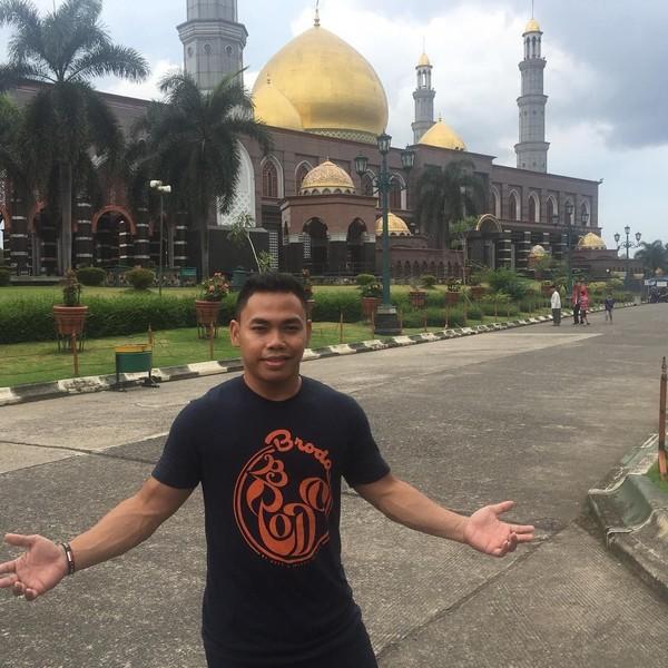 Eko Yuli juga berwisata religi ke Masjid Kubah Emas di Depok. Siapa tahu tambah adem hati dan pikiran, begitu kata lifter jagoan ini (ekopower62/Instagram)