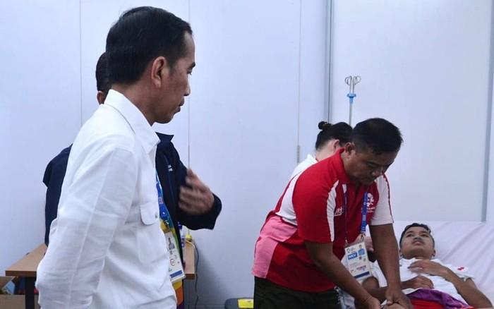 Presiden Jokowi menjenguk atlet bulutangkis Anthony Sinisuka Ginting yang cedera saat menghadapi atlet China dalam pertandingan final kelas beregu Asian Games ke-18 (Foto: Intan - Biro Pers Setpres)