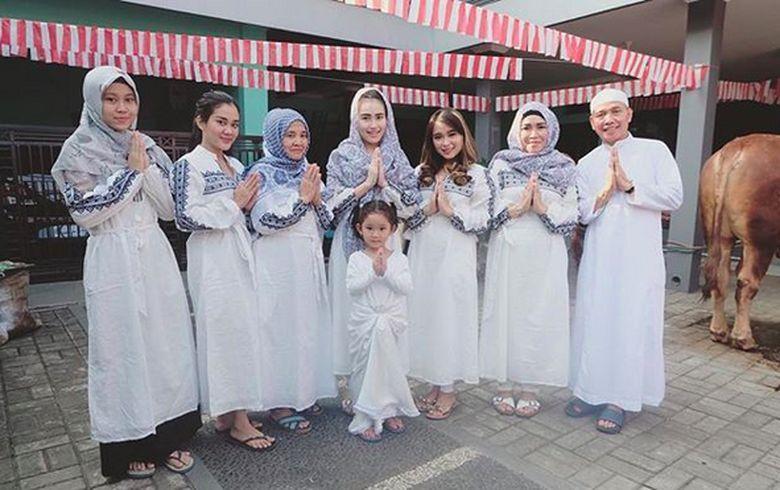 Ayu Ting Ting merayakan momen Idul Adha dengan tampil mengenakan baju berwarna putih dengan orang tua, adik, dan Bilqis sang putri. Foto: (instagram)