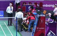 Atlet bulutangkis Anthony Sinisuka Ginting cedera saat menghadapi atlet China dalam pertandingan final kelas beregu Asian Games ke-18