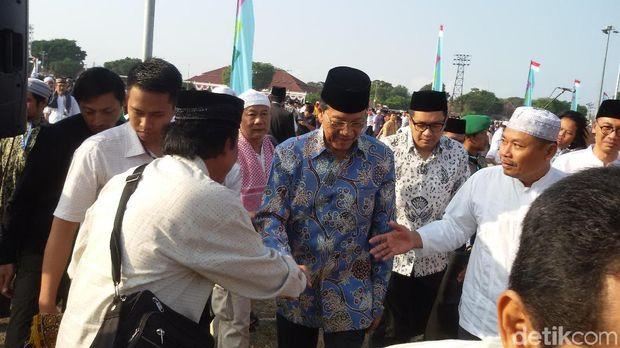 Bersama Ribuan Warga, Sultan HB X Salat Id di Alun-alun Yogya