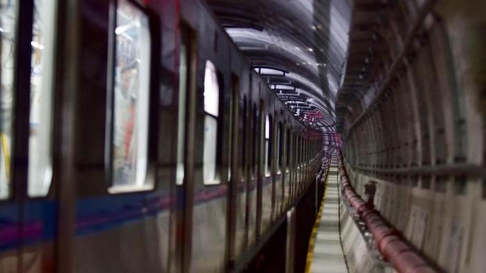 Kereta MRT Jakarta yang tengah melakukan uji persinyalan telah melaju hingga stasiun terakhir di Bundaran HI. Untuk pertama kalinya, kereta MRT Jakarta melintas di jalur bawah tanah.